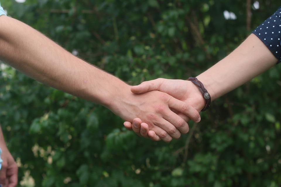 рукопожатие пара встреча знакомство хочу замуж