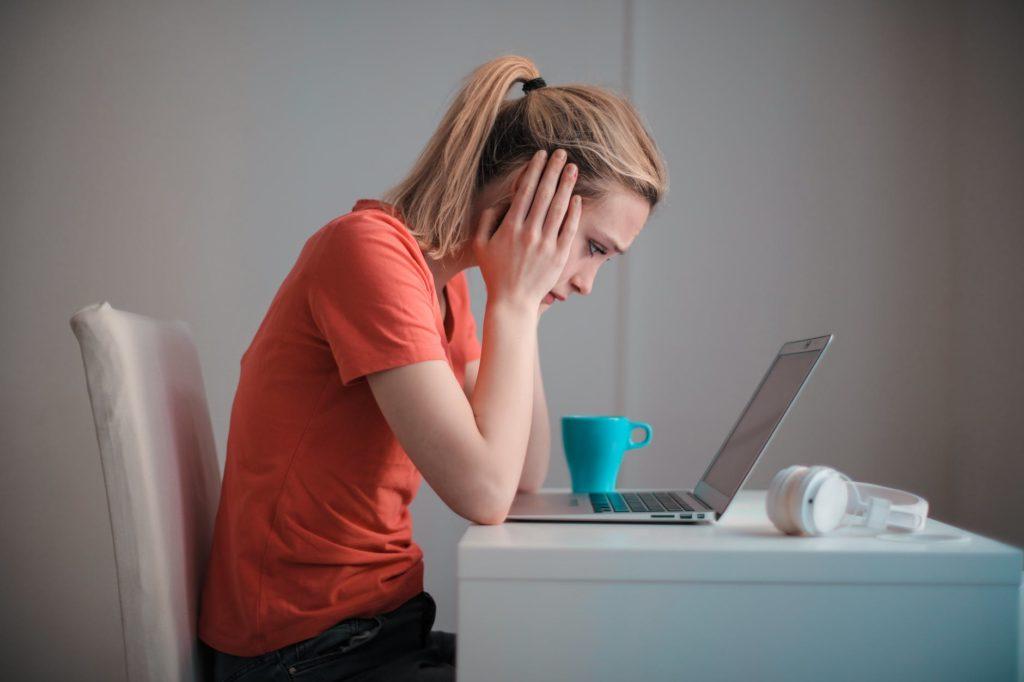 дівчина ноутбук смуток